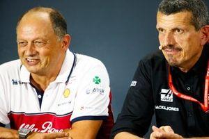 Frederic Vasseur, Director, Alfa Romeo Racing, y Guenther Steiner, Director, Haas F1 Team, en la rueda de prensa