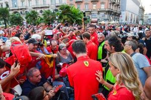 Charles Leclerc, Ferrari y Sebastian Vettel, Ferrari firma autógrafos para los aficionados