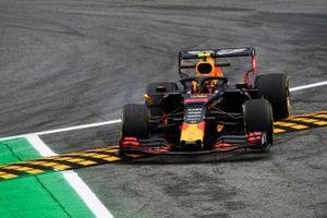 Alexander Albon, Red Bull Racing RB15 runs wide