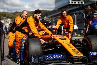 Carlos Sainz Jr., McLaren MCL34, arriveert op de grid