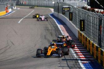 Lando Norris, McLaren MCL34, voor Max Verstappen, Red Bull Racing RB15
