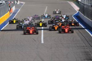 Sebastian Vettel, Ferrari SF90, adelanta a Charles Leclerc, Ferrari SF90 en la salida