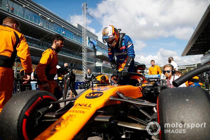 Carlos Sainz Jr., McLaren, entra en la parrilla de salida