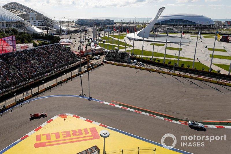 Safety-car davanti a Charles Leclerc, Ferrari SF90 e Sebastian Vettel, Ferrari SF90
