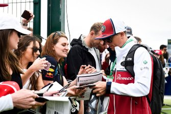 Kimi Raikkonen, Alfa Romeo Racing, firma autografi ai fan