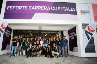 Foto di gruppo dei sim racer della Esports Carrera Cup Italia