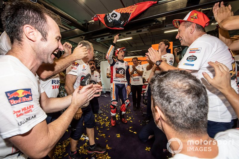 Il Campione del Mondo Marc Marquez, Repsol Honda Team, festeggia con il suo team