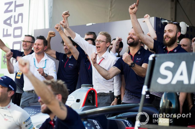 Sylvain Filippi, Managing Director, Envision Virgin Racing festeggia con il team