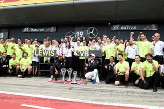 Lewis Hamilton, Mercedes AMG F1, 1st position, Valtteri Bottas, Mercedes AMG F1, 2nd position, and the Mercedes team celebrateLewis Hamilton, Mercedes AMG F1, 1st position, celebrates with his team