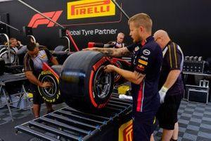 Personale Pirelli e Red Bull Racing, al lavoro