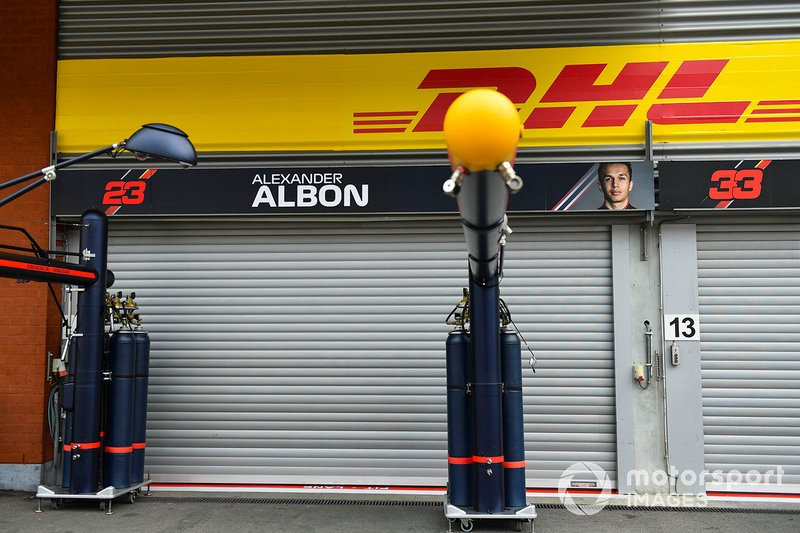 El cartel de Alex Albon en el box de Red Bull