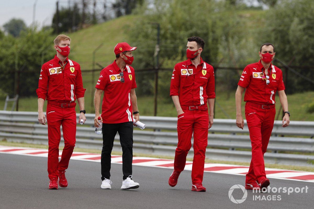 Sebastian Vettel, Ferrari, cammina sulla pista