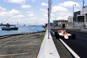 John Watson, McLaren MP4-1B Ford, passe près d'un bateau de la police de Detroit