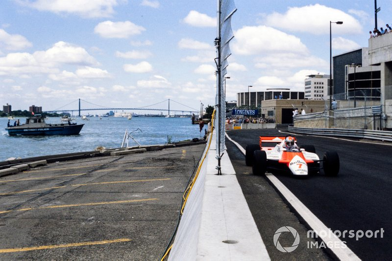 John Watson, McLaren MP4-1B Ford, pasa un barco de la policía de Detroit