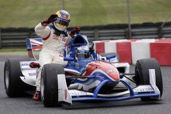 Robbie Kerr, Andretti Green Racing le da a Neel Jani, Boer Racing Services un aventón de vuelta a los pits