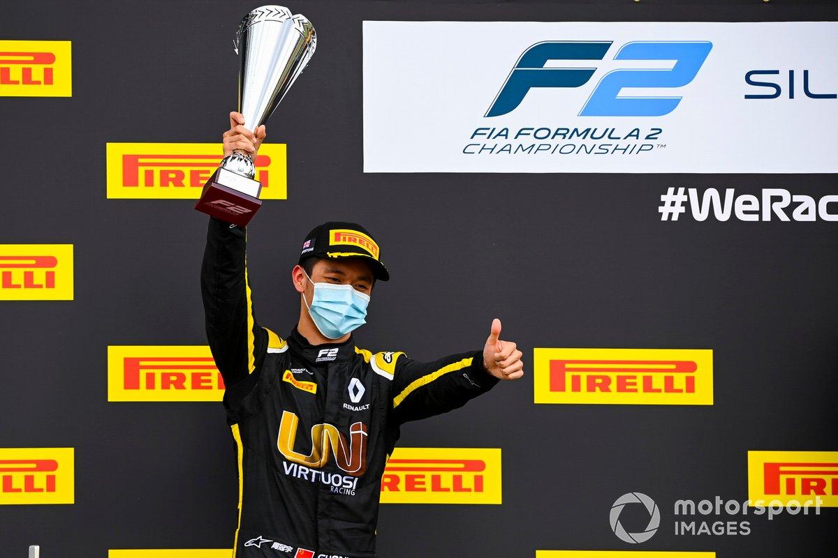 Guanyu Zhou, UNI-Virtuosi festeggia sul podio con il trofeo