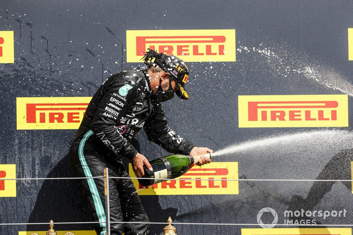 Il vincitore Lewis Hamilton, Mercedes-AMG F1 festeggia sul podio con lo champagne