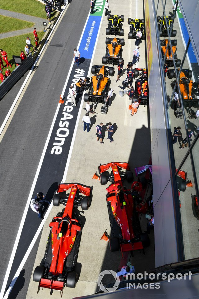 Los monoplazas de Sebastian Vettel, Ferrari SF1000, y Charles Leclerc, Ferrari SF1000, en Parc Ferme