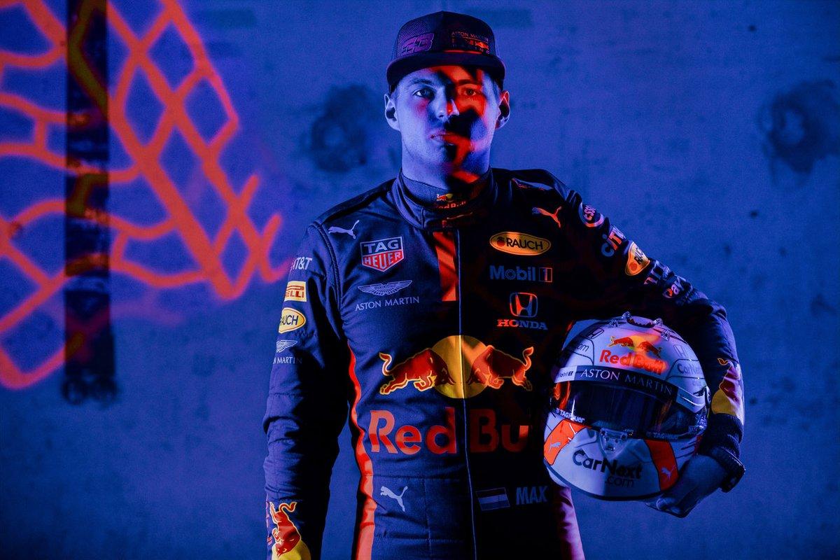 8. Mono y botines de Max Verstappen, más un endplate de Bull Racing: 27.600 libras