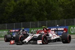Antonio Giovinazzi, Alfa Romeo Racing C39, leads Kevin Magnussen, Haas VF-20