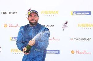 Urubatan Jr. comemora vitória em Interlagos