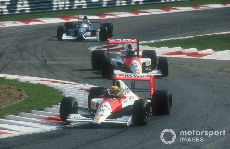 Ayrton Senna, McLaren MP4/5B Honda precede Gerhard Berger, McLaren MP4/5B Honda e Jean Alesi. Tyrrell 019 Ford