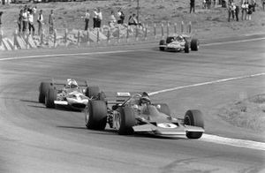 Jochen Rindt, Lotus 72 Ford, en John Surtees, McLaren M7C Ford