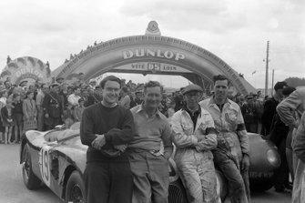 Ian Stewart y Peter Whitehead sentado en la parte delantera del Jaguar C-type