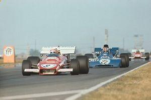 Clay Regazzoni, Ferrari 312B2, precede Francois Cevert, Tyrrell 002 Ford, GP d'Argentina del 1972