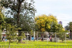 Fans im Albert Park Circuit in Melbourne vor verschlossenen Toren
