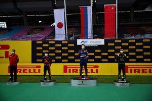 Юки Цунода, Carlin, Роберт Шварцман, Prema Racing и Чжоу Гуаньюй, UNI-Virtuosi, на подиуме