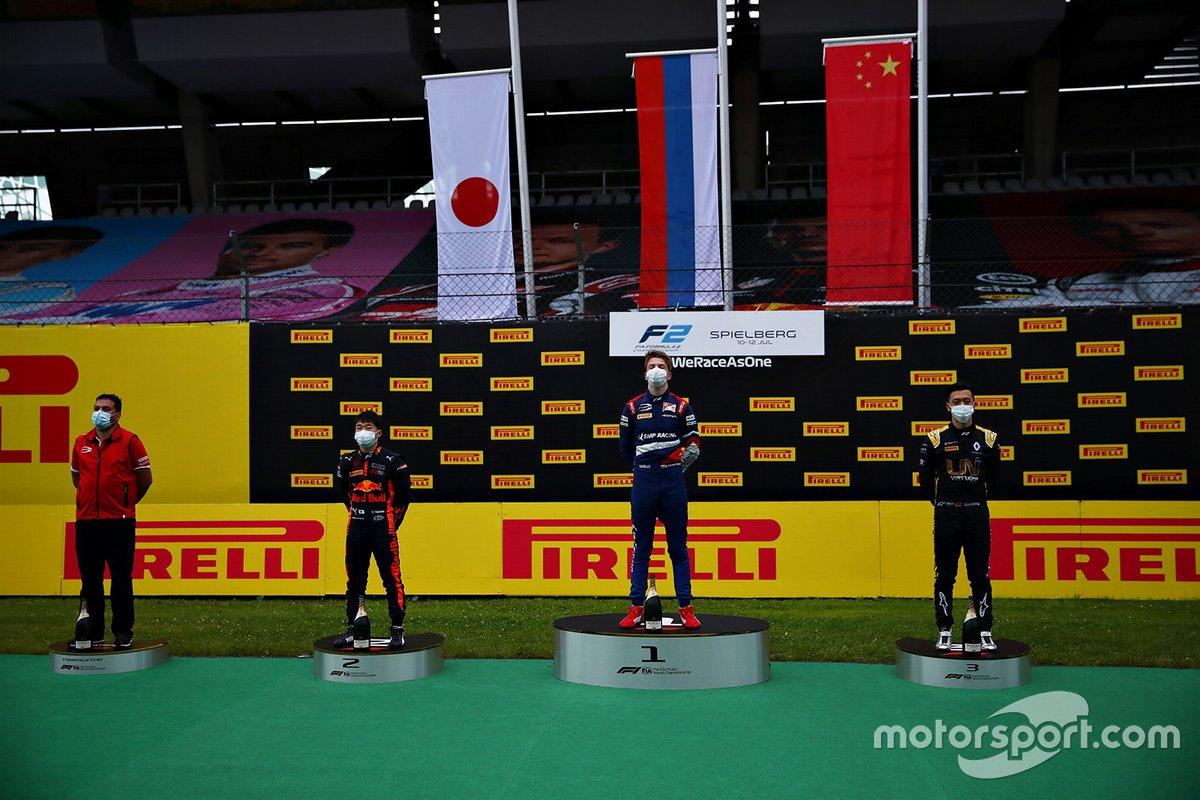 Carrera 1 Podio: Yuki Tsunoda, Carlin, Robert Shwartzman, Prema Racing, Guanyu Zhou, UNI-Virtuosi