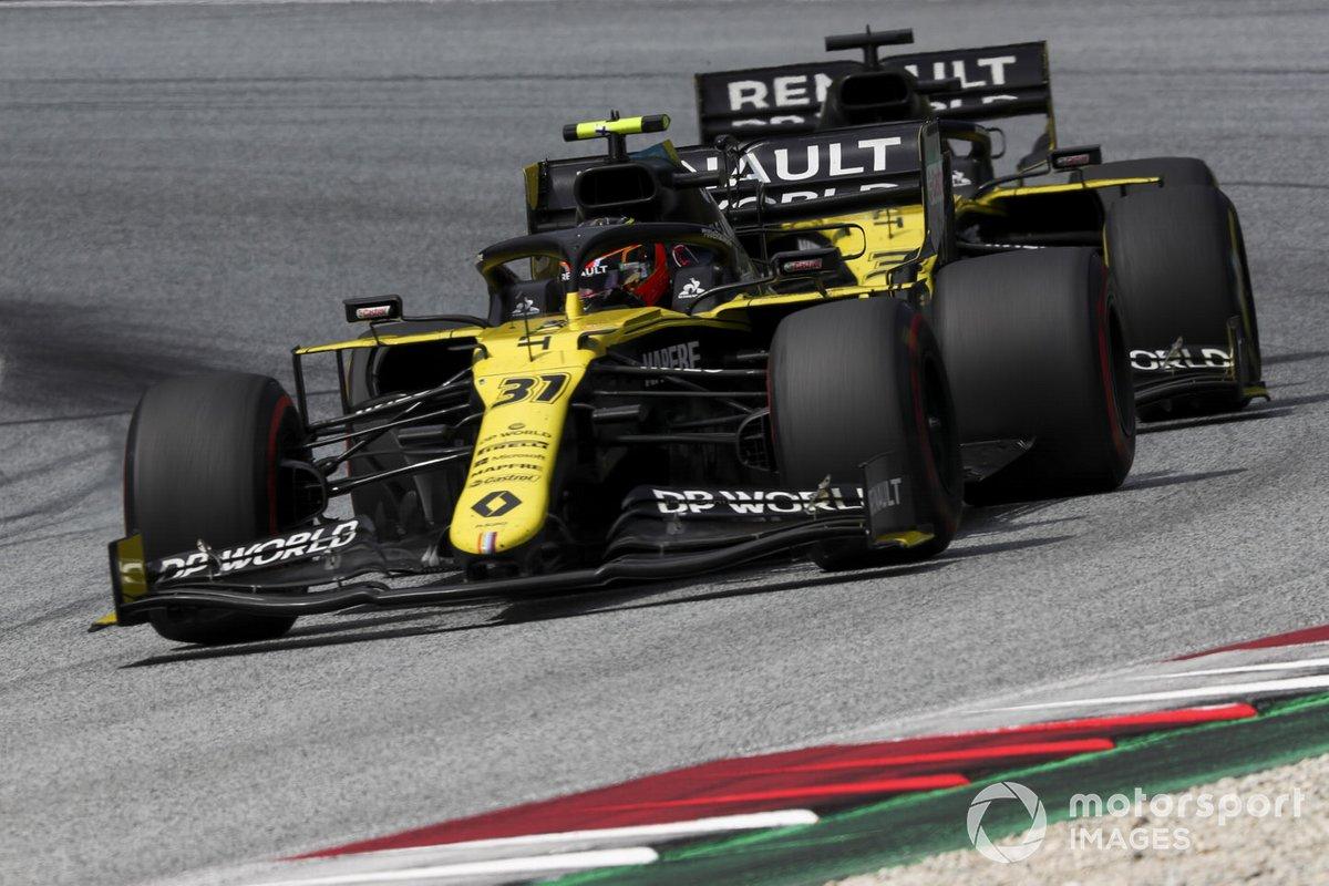 Esteban Ocon, Renault F1 Team R.S.20, davanti a Daniel Ricciardo, Renault F1 Team R.S.20