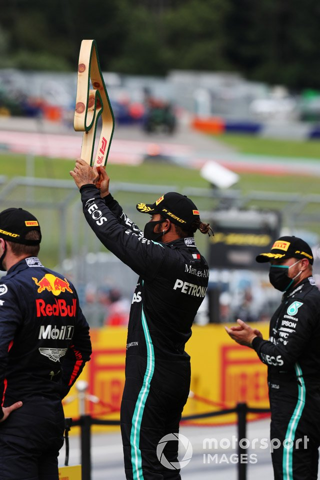 Winner Lewis Hamilton, Mercedes-AMG Petronas F1 raises his trophy on the podium ahead of Valtteri Bottas, Mercedes-AMG Petronas F1 and Max Verstappen, Red Bull Racing