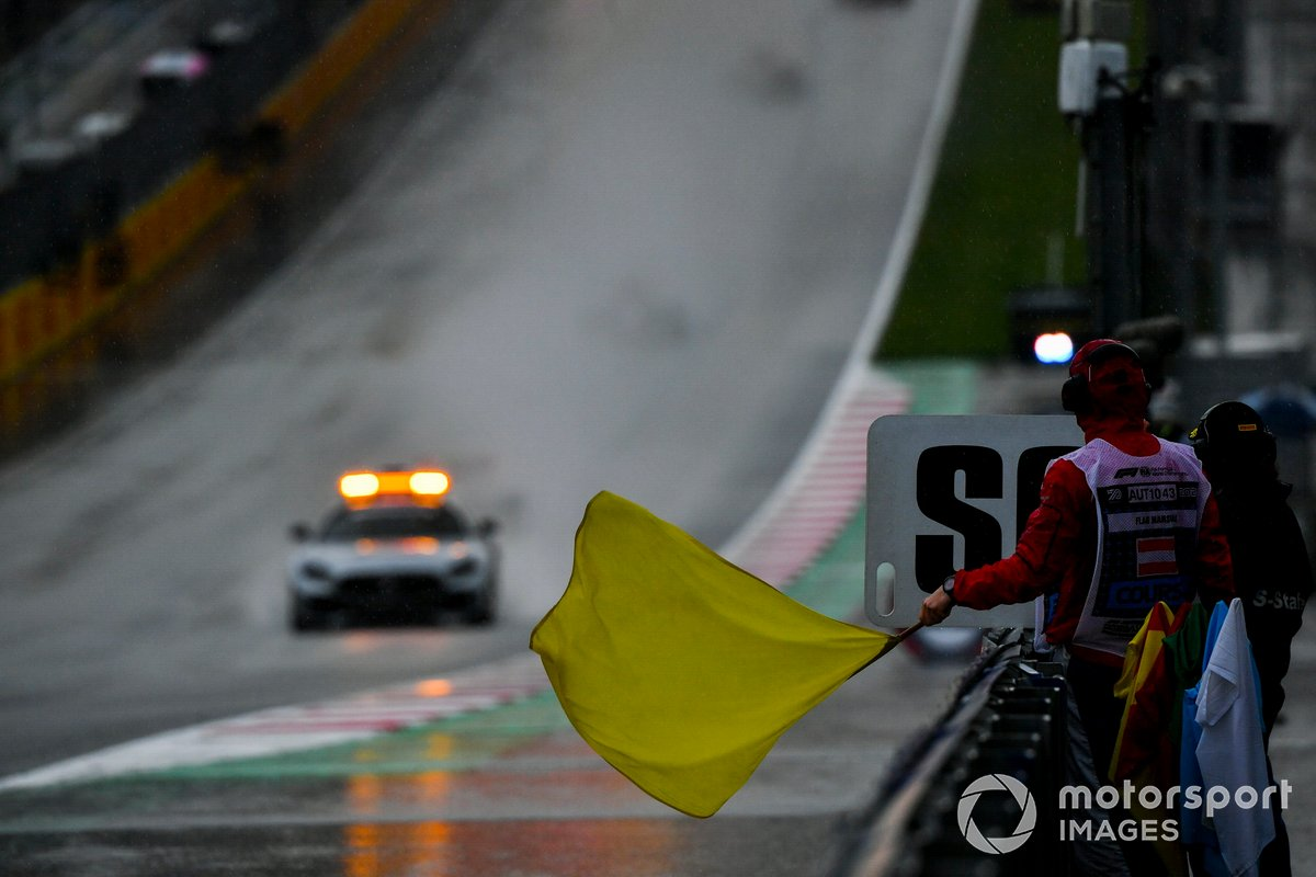 Marshal sventola la bandiera gialla mentre passa Alexander Smolvar, ART Grand Prix the Safety Car