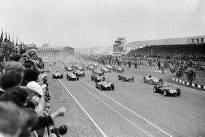 Mike Hawthorn, BRM P25, Juan Manuel Fangio, Ferrari D50, Peter Collins, Ferrari D50, Roy Salvadori, Maserati 250F y Tony Brooks, BRM P25, al inicio de la carrera