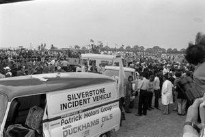 Sperrung der Rennstrecke nach Massencrash beim GP Großbritannien 1973 in Silverstone