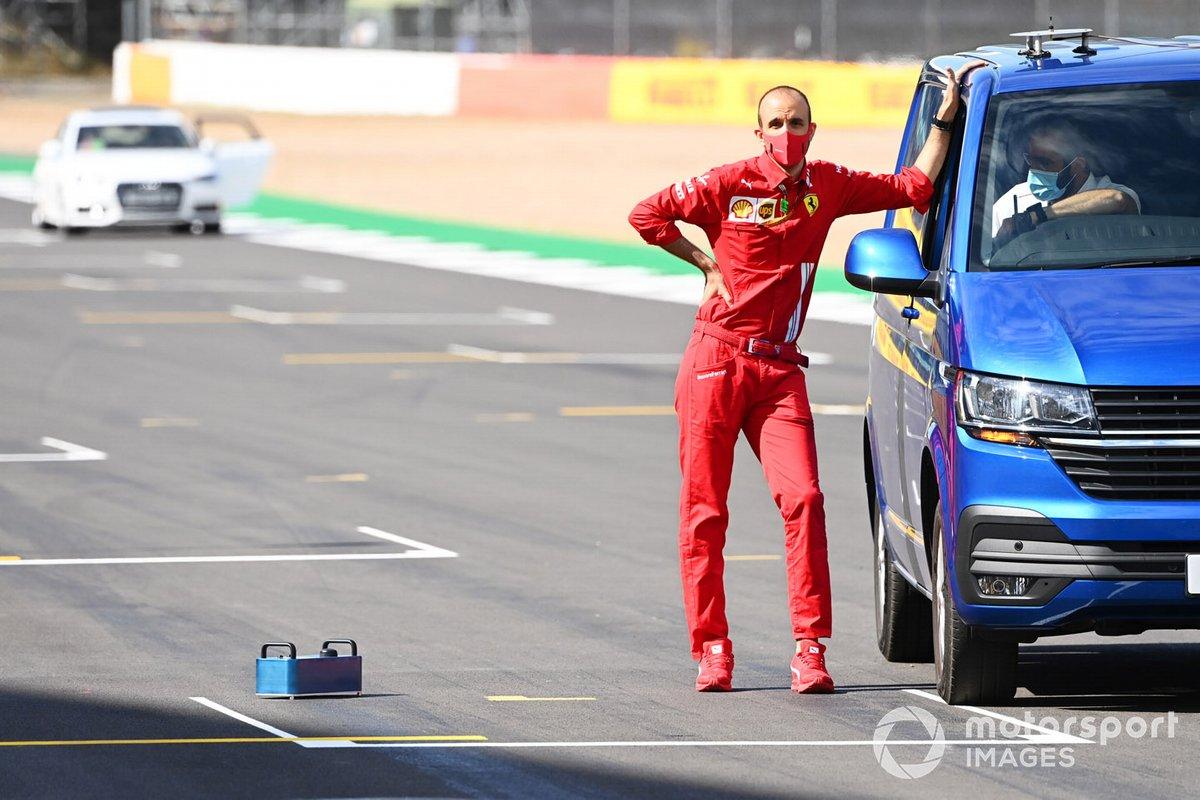 Un miembro del equipo Ferrari está en la parrilla