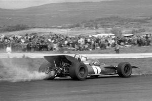 Jackie Stewart, Tyrrell 001 con una fuga de aceite