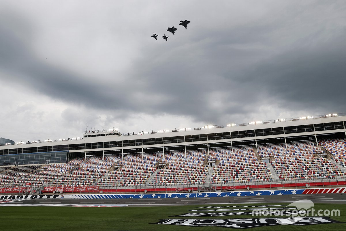 Aviones militares se exhiben antes de la carrera