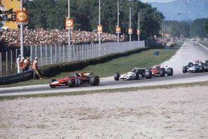 Jacky Ickx, Ferrari 312B, Jackie Oliver, BRM P153, Clay Regazzoni, Ferrari 312B, y Jackie Stewart, Tyrrell 001 Ford en la Parabólica