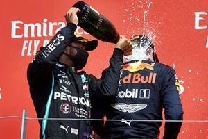 Lewis Hamilton, Mercedes-AMG Petronas F1 et le vainqueur Max Verstappen, Red Bull Racing sur le podium avec le Champagne