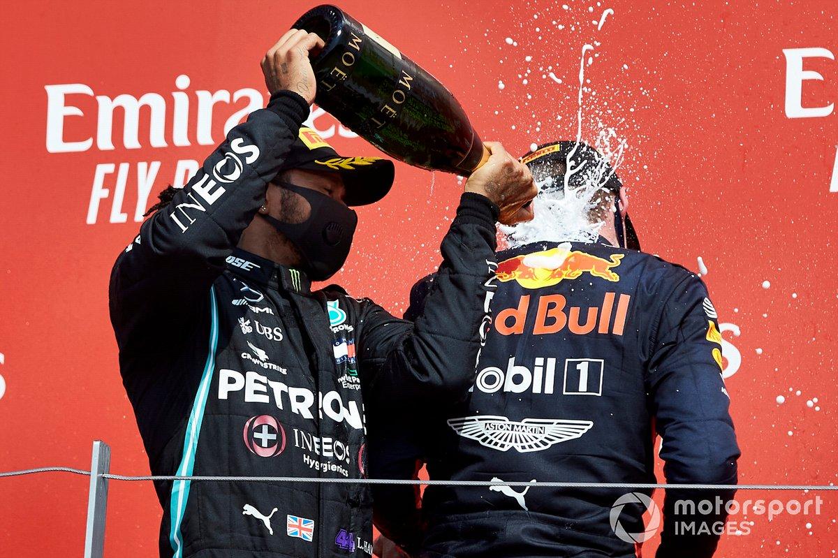 Lewis Hamilton, Mercedes-AMG Petronas F1 e il vincitore della gara Max Verstappen, Red Bull Racing sul podio con lo champagne
