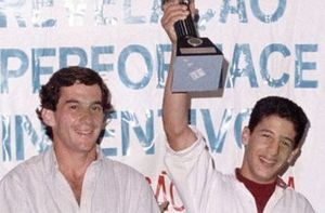 Tony Kanaan comemora vitória no kart ao lado de Ayrton Senna