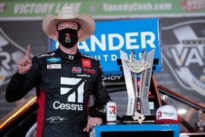 Kyle Busch, Kyle Busch Motorsports, Toyota Tundra Cessna, celebra después de ganar la carrera en Texas