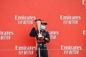 Le vainqueur Yuki Tsunoda, Carlin sur le podium avec son trophée