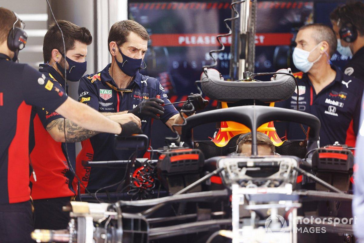 Los mecánicos de Red Bull trabajan en un monoplaza en el garaje del equipo