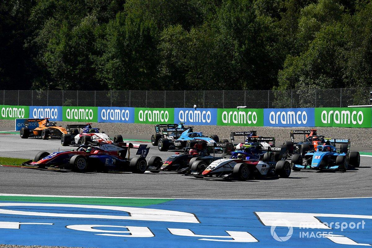 Oliver Caldwell, Trident, precede Enzo Fittipaldi, HWA Racelab, Igor Fraga, Charouz Racing System, Federico Malvestiti, Jenzer Motorsport, e il resto delle auto alla partenza