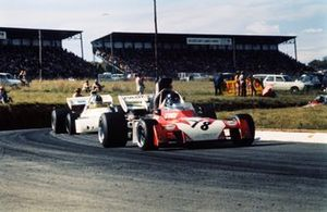 Andrea de Adamich, Surtees TS9B Ford devant Graham Hill, Brabham BT33 Ford
