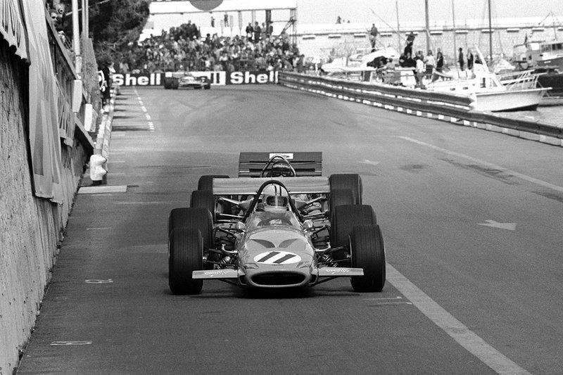 Denny Hulme, Mclaren M14A leads Jochen Rindt, Lotus 49 C
